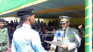 المدير العام للأمن الوطني خلال تكريمه لأحد المتفوقين