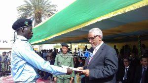 وزير العدل اثناء تكريمه لأحد المتفوقين