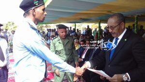 وزير الداخلية أثناء تكريمه لأحد المتفوقين