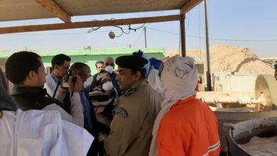 صورة بوادر اشتباك بين مجموعتين قبليتين من المنقبين بالشامي