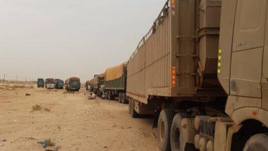 صورة لقطة إفراغ شاحنات الجيش لحمولة المساعدات…التعليق المزيف على الصورة؟