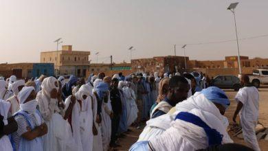 صورة أطار: ولد اجيه يلقي كلمة مؤثرة خلال مواراة جثمان الراحل محمد فاضل الثرى