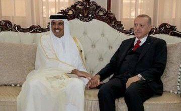 صورة نشطاء أتراك يطالبون اردوغان بإخضاع البلاد العربية و يشكرون قطر