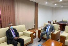 صورة رئيس إتحاد أرباب العمل والسفير الفرنسي يتباحثان حول فرص الإستثمار بموريتانيا